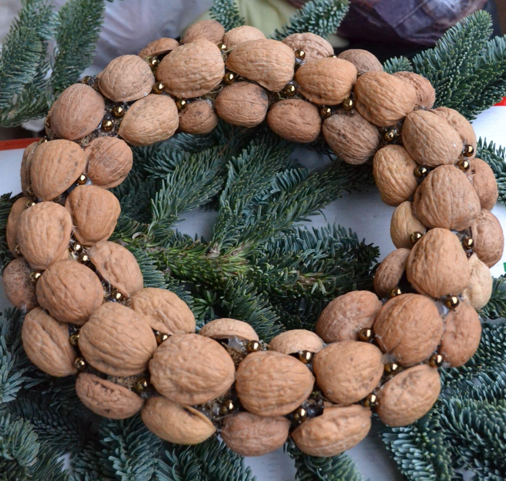 Iš graikinių riešutų kevalų pagamintas kalėdinis vainikas
